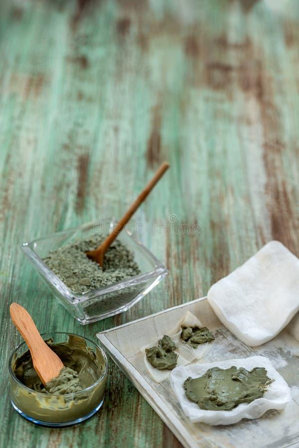 Clay Spa et concept médical : Clay Poultice Use It pour soulager l'inflammation, pour l'abcès, kyste, arthrite, avantage de soins photographie stock libre de droits