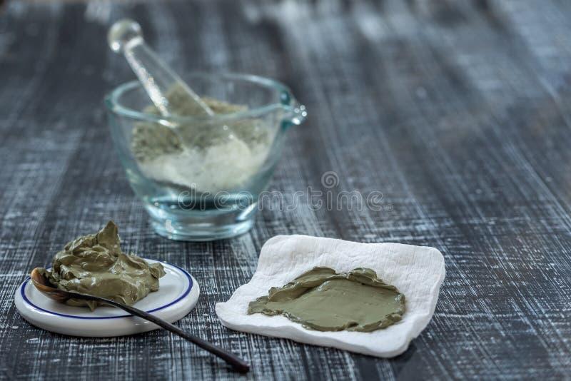 Clay Spa et concept médical : Clay Poultice Use It pour soulager l'inflammation, pour l'abcès, kyste, arthrite, avantage de soins image libre de droits