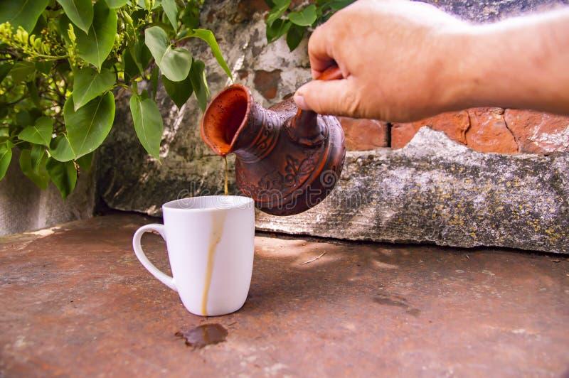 Clay Turk para o café e um copo branco em um fundo da parede de tijolo fotos de stock royalty free