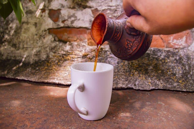 Clay Turk para o café e um copo branco em um fundo da parede de tijolo imagens de stock royalty free