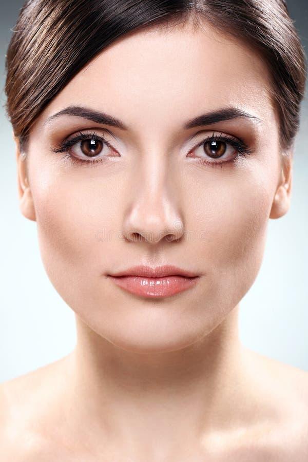 clean framsida för härlig brunett arkivfoton