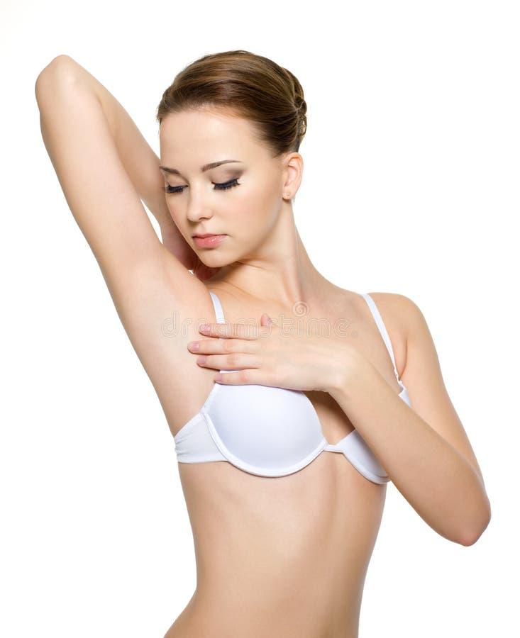 clean kvinnlig för armhåla henne som ser arkivfoto