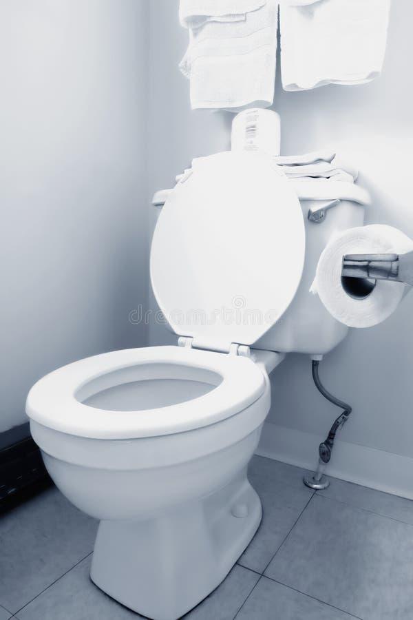 clean toalettwhite för badrum arkivbilder