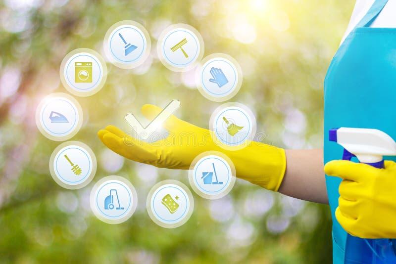 Cleaner w jej ręce pokazuje ikona spełniony czyści zdjęcia royalty free