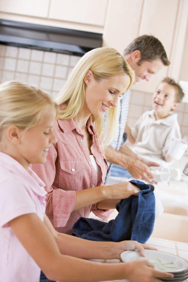 cleaning dishes family together στοκ φωτογραφίες με δικαίωμα ελεύθερης χρήσης