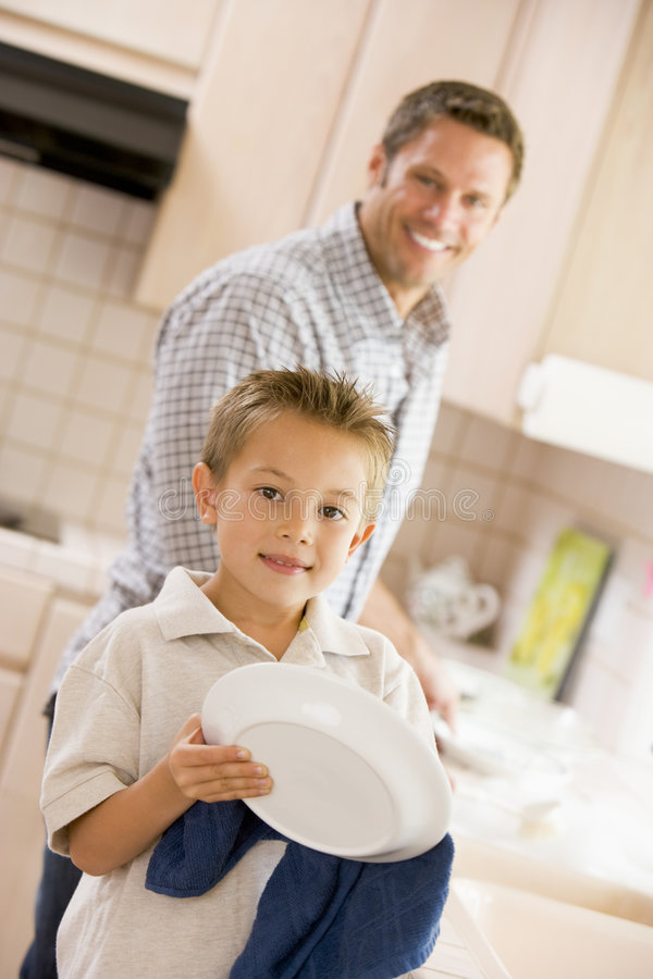 cleaning dishes father son στοκ εικόνα