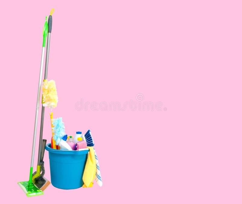 Cleaning dostawy w błękitnym wiadrze na pastelowych menchii tle obrazy royalty free