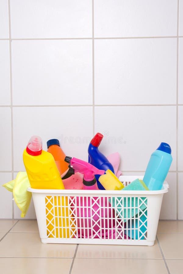 Cleaning dostawy w plastikowym koszu na kafelkowej podłoga obrazy royalty free