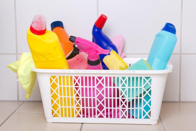 Cleaning dostawy w plastikowym pudełku na kafelkowej podłoga obrazy royalty free