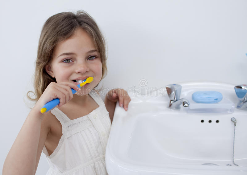 cleaning dziewczyna portretów jej mali zęby zdjęcie royalty free