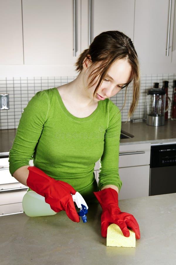 cleaning dziewczyny kuchnia zdjęcie stock
