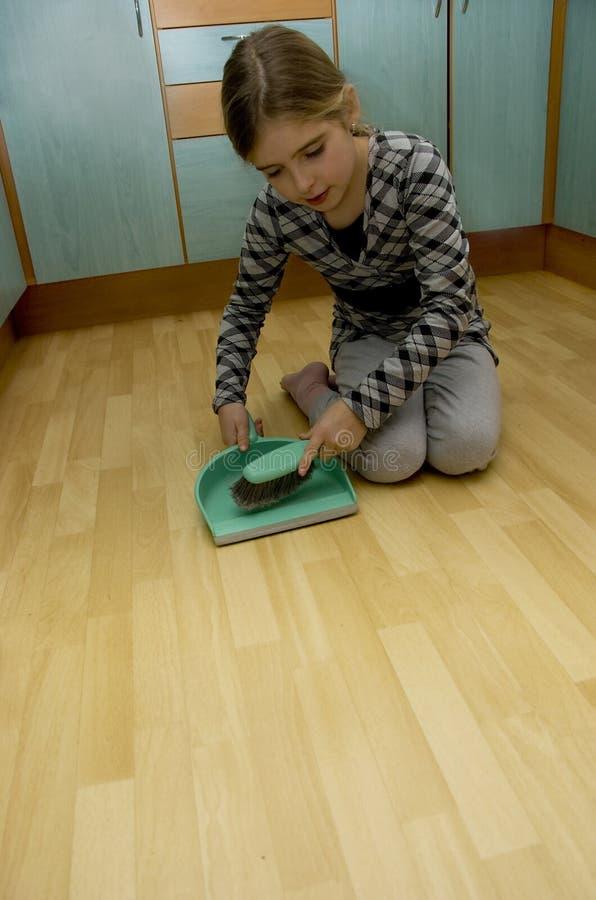 cleaning dziewczyny ziemia zdjęcia stock