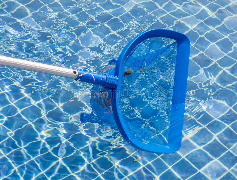 Cleaning i utrzymania pływacki basen z cleaning siecią, błękitny s obrazy royalty free