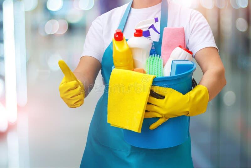 Cleaning kobieta pokazuje up ilość cleaning obraz royalty free