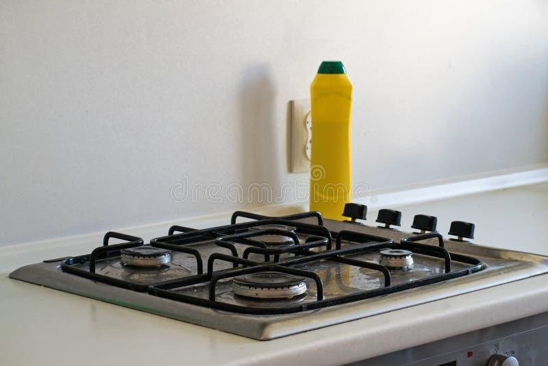 Cleaning kuchnia Bardzo brudna benzynowa kuchenka Czyścić benzynową kuchenkę z cleaning agentem zdjęcia royalty free