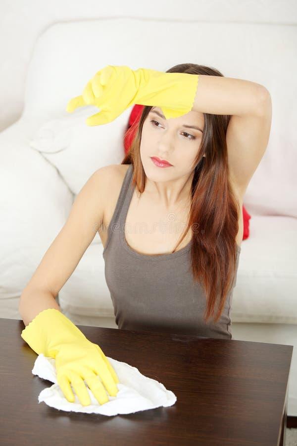 cleaning meble stołu zmęczeni kobiety potomstwa obraz stock