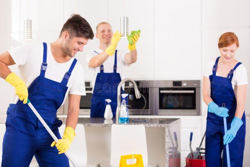Cleaning nowożytna kuchnia zdjęcie royalty free