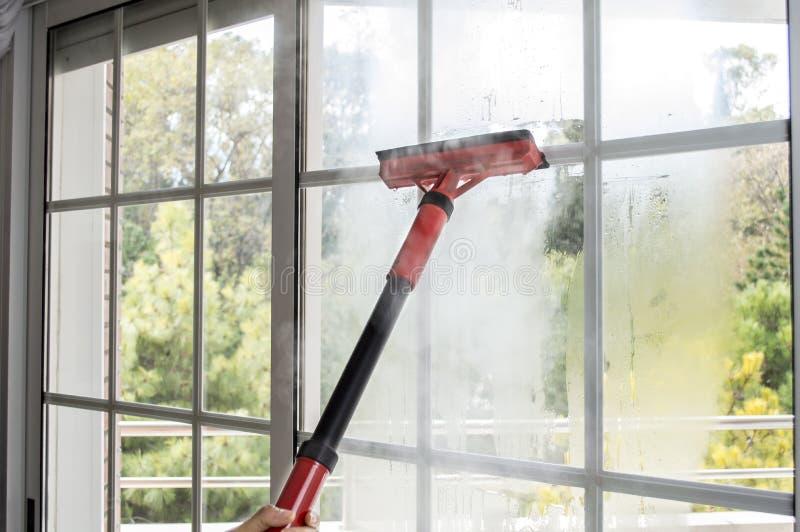 Cleaning okno z kontrparą fotografia royalty free