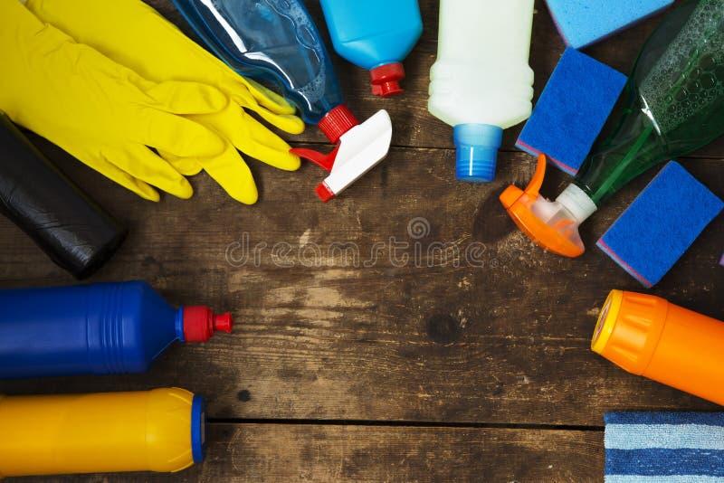 Cleaning produkty na Drewnianym tle Domowy cleaning pojęcie zdjęcie royalty free