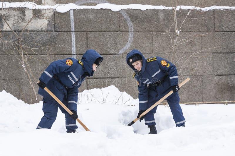 Cleaning ulicy miasto mieszkanami i zakłady użyteczności publicznej w okresie klimatyczny kataklizm wielcy opady śniegu obraz royalty free