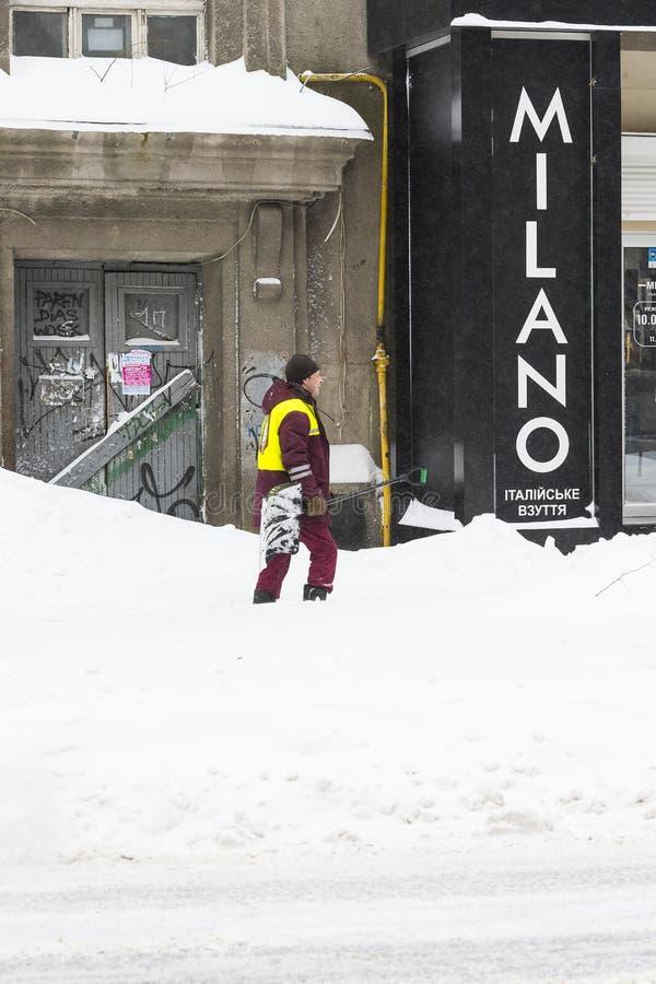 Cleaning ulicy miasto mieszkanami i zakłady użyteczności publicznej w okresie klimatyczny kataklizm wielcy opady śniegu zdjęcia stock