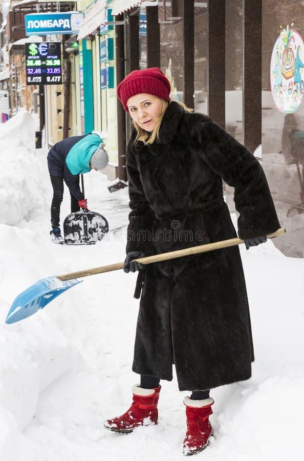 Cleaning ulicy miasto mieszkanami i zakłady użyteczności publicznej w okresie klimatyczny kataklizm wielcy opady śniegu obrazy royalty free