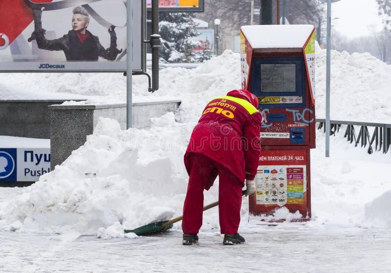 Cleaning ulicy miasto mieszkanami i zakłady użyteczności publicznej w okresie klimatyczny kataklizm wielcy opady śniegu fotografia stock
