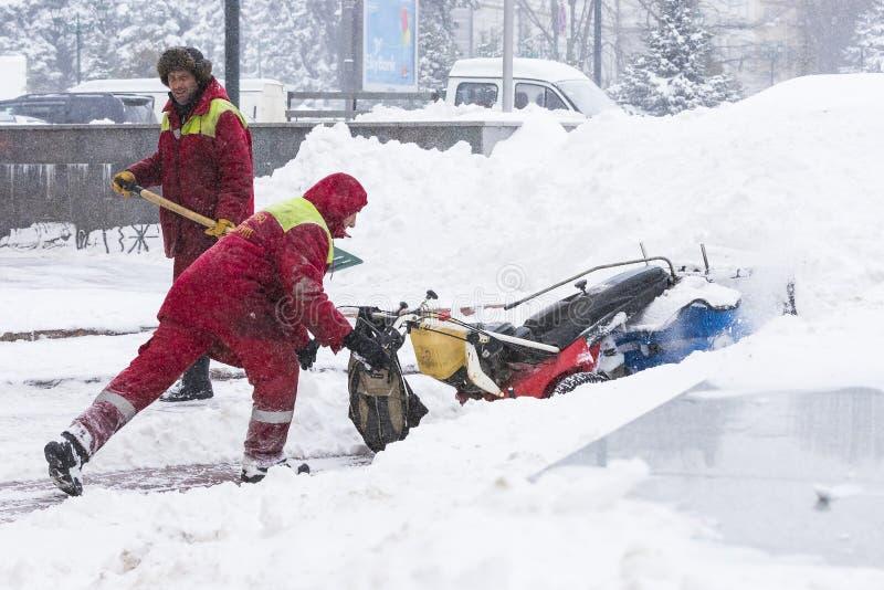 Cleaning ulicy miasto mieszkanami i zakłady użyteczności publicznej w okresie klimatyczny kataklizm wielcy opady śniegu obraz stock