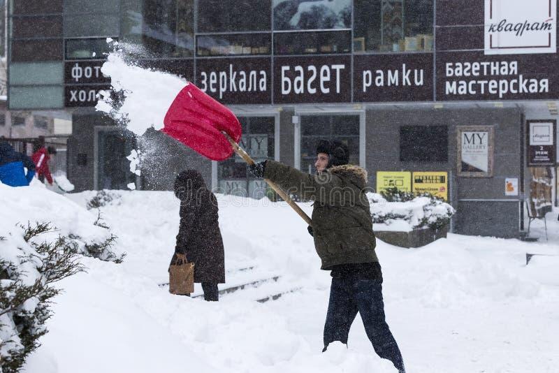 Cleaning ulicy miasto mieszkanami i zakłady użyteczności publicznej w okresie klimatyczny kataklizm wielcy opady śniegu zdjęcie stock
