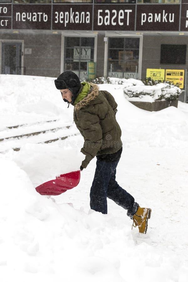Cleaning ulicy miasto mieszkanami i zakłady użyteczności publicznej w okresie klimatyczny kataklizm wielcy opady śniegu fotografia royalty free