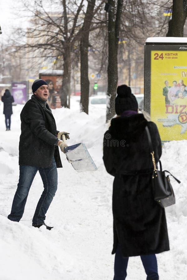 Cleaning ulicy miasto mieszkanami i zakłady użyteczności publicznej w okresie klimatyczny kataklizm wielcy opady śniegu obrazy stock