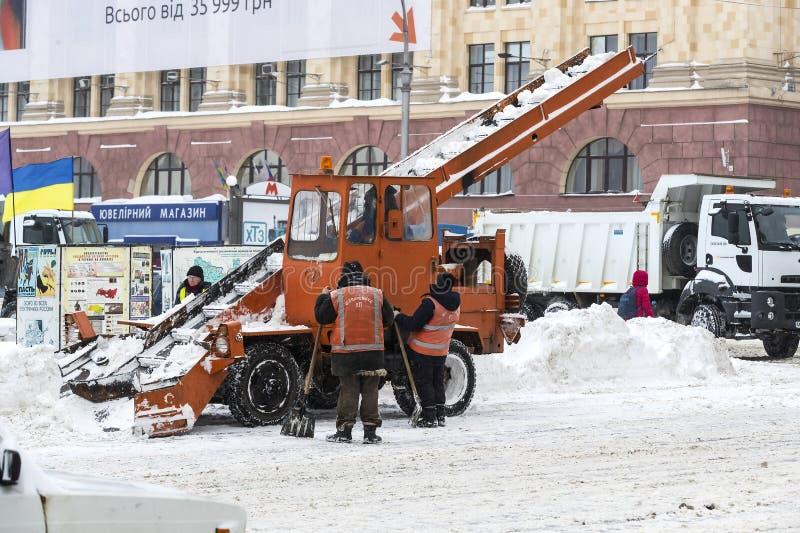 Cleaning ulicy miasto mieszkanami i zakłady użyteczności publicznej w okresie klimatyczny kataklizm wielcy opady śniegu zdjęcia royalty free