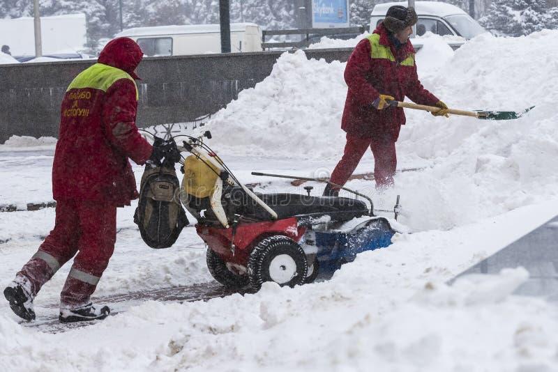 Cleaning ulicy miasto mieszkanami i zakłady użyteczności publicznej w okresie klimatyczny kataklizm wielcy opady śniegu zdjęcie royalty free