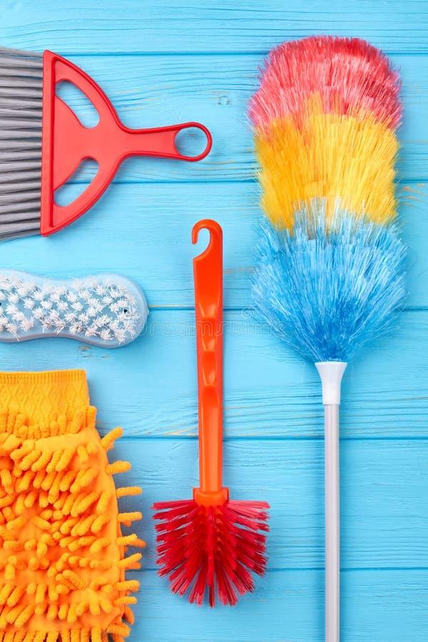 Cleaning wyposażenie na błękitnym drewnianym tle zdjęcie royalty free