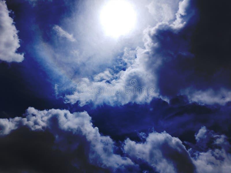 Clear blue Sky und puffige Wolken mit Sonnenlicht und Regenbogen stockbild