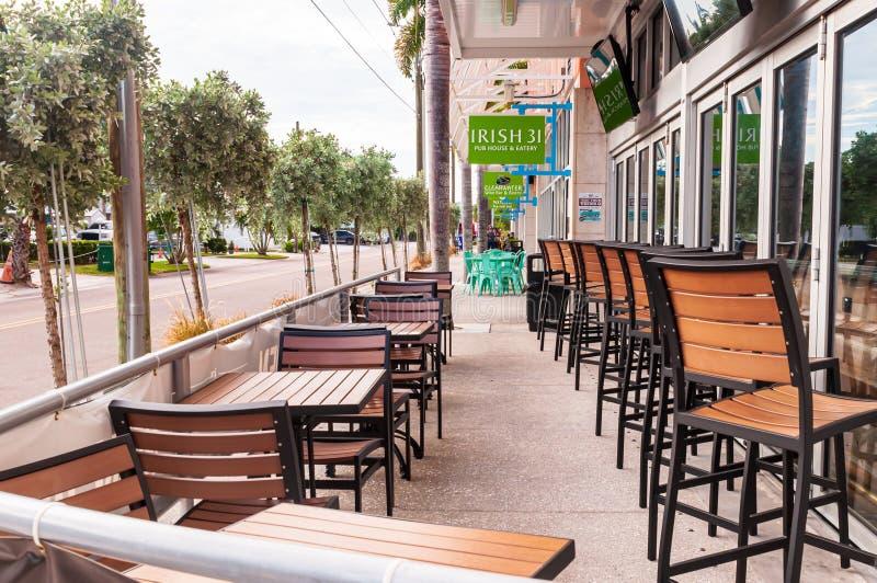 Clearwater Beach, Flórida, EUA 11/8/19 A área de assentos externa da Pub House irlandesa 31 e da Eatery, na Avenida Poinsettia imagem de stock royalty free