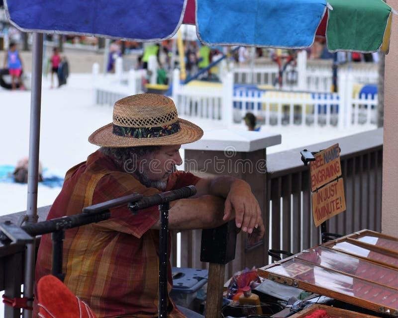 Clearwater Wyrzucać na brzeg, Floryda, Kwietnia 2018 A sprzedawca uliczny ruchliwie dzień fotografia stock