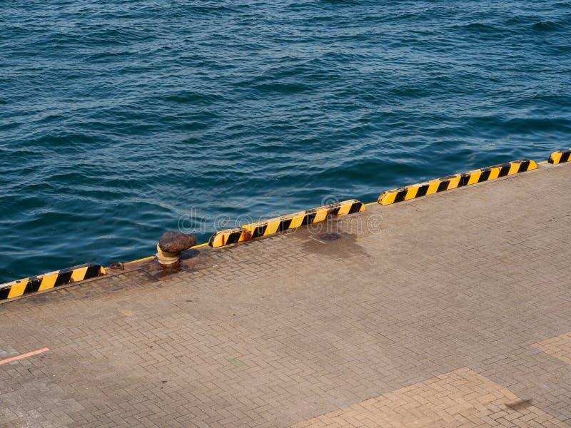 Cleat op de pijler in de haven Japan van Osaka stock foto's