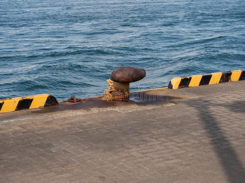 Cleat op de pijler in de haven Japan van Osaka stock fotografie