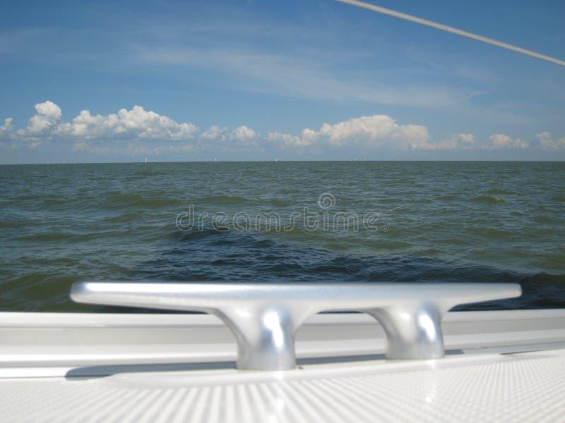Cleat op het dek van een varend jacht stock afbeelding
