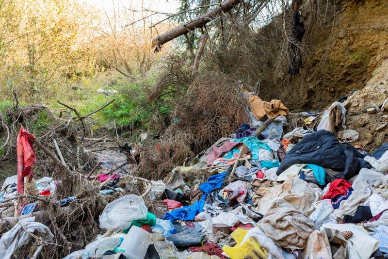 Cleen一点小河沾染与家庭废物,概念性人的疏忽图象 免版税库存照片