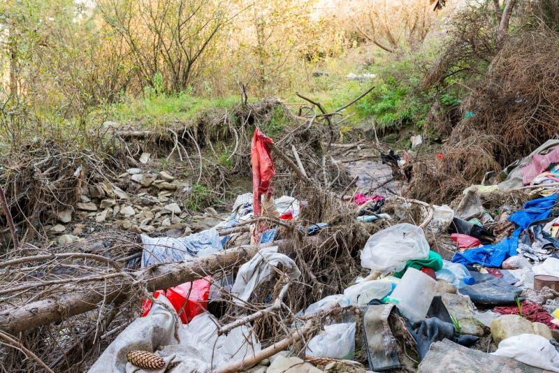 Cleen一点小河沾染与家庭废物,概念性人的疏忽图象 库存照片
