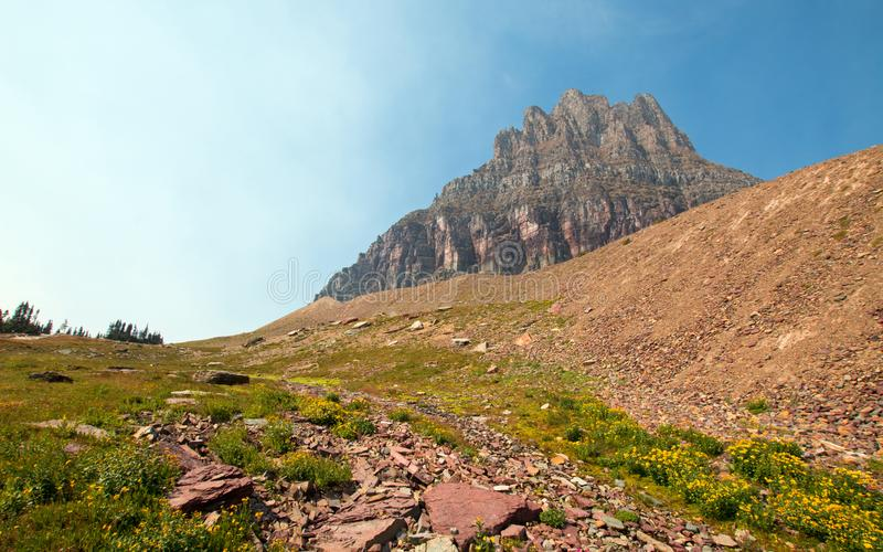 Clement Mountain comme vu de la traînée cachée de lac sur Logan Pass en parc national de glacier pendant les 2017 feux de chute a photo stock
