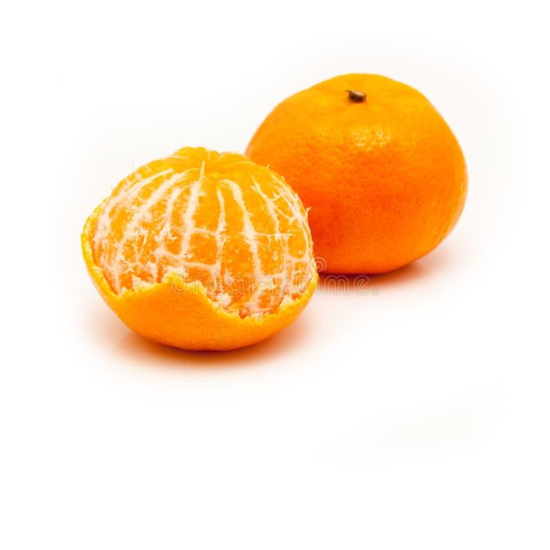 Clementina con i segmenti su un fondo bianco immagini stock libere da diritti