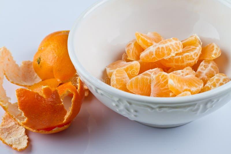 Clementina descascadas na bacia fotos de stock