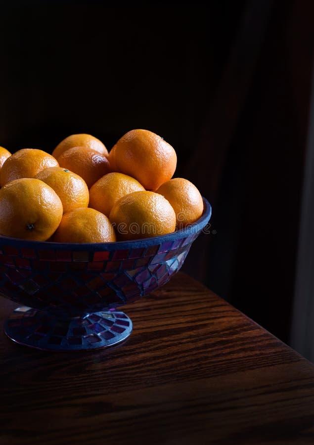Clementines i en dekorativ bunke arkivbilder