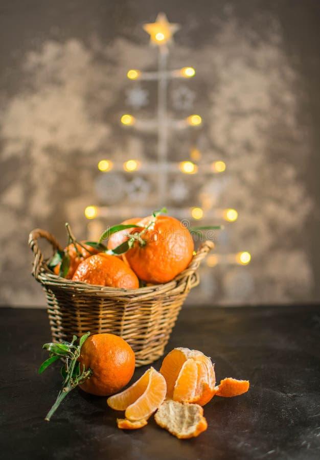 Clementines na choinki tle zdjęcia royalty free