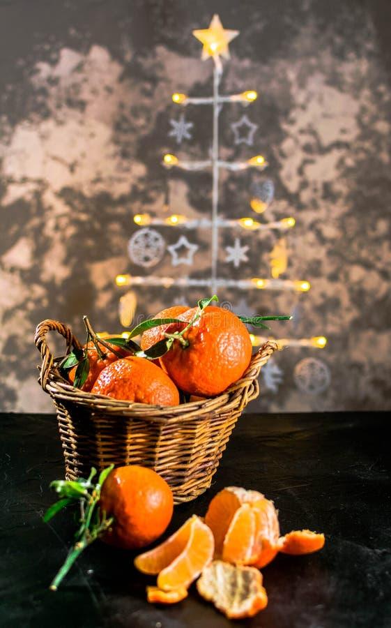 Clementines na choinki tle obrazy stock