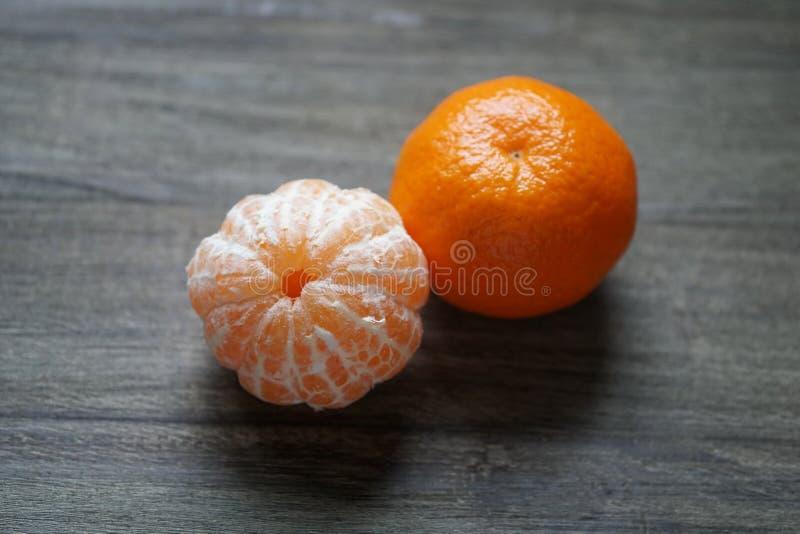 Clementines, tangerines lub mandarynek pomarańcze na nieociosanym drewnianym stole obrazy royalty free