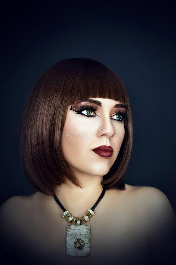 Cleopatra, bella ragazza con trucco sul suo fronte fotografia stock libera da diritti